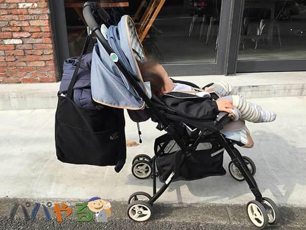 リクライニングしたA型ベビーカーに乗る赤ちゃん