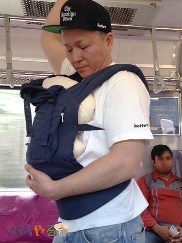 抱っこ紐で子供を抱える北野啓太郎さん